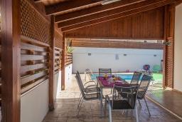 Патио. Кипр, Пернера : Очаровательная вилла с 2-мя спальнями, с бассейном, тенистой террасой с патио и барбекю, расположена в 650 метрах от пляжа Kalamies Beach