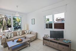 Гостиная. Кипр, Пернера : Очаровательная вилла с 2-мя спальнями, с бассейном, тенистой террасой с патио и барбекю, расположена в 650 метрах от пляжа Kalamies Beach