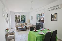 Обеденная зона. Кипр, Пернера : Очаровательная вилла с 2-мя спальнями, с бассейном, тенистой террасой с патио и барбекю, расположена в 650 метрах от пляжа Kalamies Beach