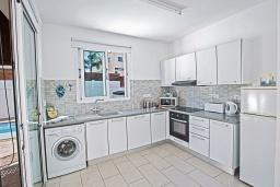 Кухня. Кипр, Пернера : Очаровательная вилла с 2-мя спальнями, с бассейном, тенистой террасой с патио и барбекю, расположена в 650 метрах от пляжа Kalamies Beach