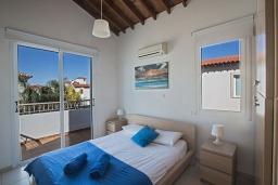 Спальня. Кипр, Пернера : Очаровательная вилла с 2-мя спальнями, с бассейном, тенистой террасой с патио и барбекю, расположена в 650 метрах от пляжа Kalamies Beach
