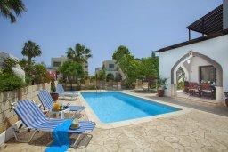 Зона отдыха у бассейна. Кипр, Санрайз Протарас : Потрясающая двухэтажная вилла с 3-мя спальнями, с частным бассейном, зеленым садом, общим теннисным кортом