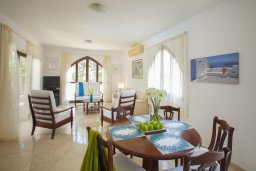 Обеденная зона. Кипр, Санрайз Протарас : Потрясающая двухэтажная вилла с 3-мя спальнями, с частным бассейном, зеленым садом, общим теннисным кортом