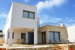 Фасад дома. Кипр, Лачи : Современная вилла с 3-мя спальнями, с потрясающим панорамным видом на море, с частным бассейном с подогревом, садом и охраняемой парковкой