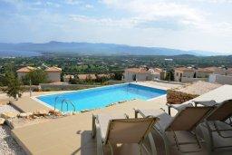 Развлечения и отдых на вилле. Кипр, Лачи : Современная вилла с 3-мя спальнями, с потрясающим панорамным видом на море, с частным бассейном с подогревом, садом и охраняемой парковкой