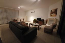 Гостиная. Кипр, Лачи : Современная вилла с 3-мя спальнями, с потрясающим панорамным видом на море, с частным бассейном с подогревом, садом и охраняемой парковкой