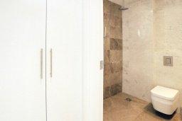 Ванная комната. Кипр, Каво Марис Протарас : Апартамент на побережье с 1 спальней и панорамным видом на море, на вилле с бассейном и прекрасной зеленой лужайкой