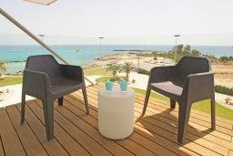 Балкон. Кипр, Каво Марис Протарас : Апартамент на побережье с 1 спальней и панорамным видом на море, на вилле с бассейном и прекрасной зеленой лужайкой