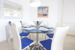 Обеденная зона. Кипр, Пернера Тринити : Апартамент на побережье в средиземноморском стиле с 2-мя спальнями, с огромным балконом и чудесным видом на море