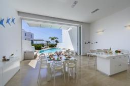 Обеденная зона. Кипр, Фиг Три Бэй Протарас : Элегантная и современная вилла с потрясающим панорамным видом на Средиземное море, с 4 спальнями, с бассейном и шикарной террасой на крыше с lounge-зоной, расположена всего в трех минутах ходьбы от залива Fig Tree Bay