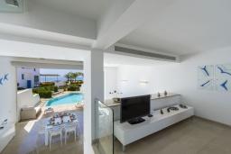 Гостиная. Кипр, Фиг Три Бэй Протарас : Элегантная и современная вилла с потрясающим панорамным видом на Средиземное море, с 4 спальнями, с бассейном и шикарной террасой на крыше с lounge-зоной, расположена всего в трех минутах ходьбы от залива Fig Tree Bay