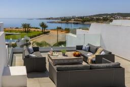 Терраса. Кипр, Фиг Три Бэй Протарас : Элегантная и современная вилла с потрясающим панорамным видом на Средиземное море, с 4 спальнями, с бассейном и шикарной террасой на крыше с lounge-зоной, расположена всего в трех минутах ходьбы от залива Fig Tree Bay