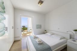 Спальня. Кипр, Фиг Три Бэй Протарас : Элегантная и современная вилла с потрясающим панорамным видом на Средиземное море, с 4 спальнями, с бассейном и шикарной террасой на крыше с lounge-зоной, расположена всего в трех минутах ходьбы от залива Fig Tree Bay