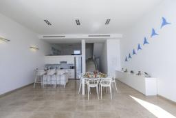 Кухня. Кипр, Фиг Три Бэй Протарас : Элегантная и современная вилла с потрясающим панорамным видом на Средиземное море, с 4 спальнями, с бассейном и шикарной террасой на крыше с lounge-зоной, расположена всего в трех минутах ходьбы от залива Fig Tree Bay
