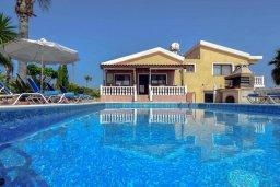 Вид на виллу/дом снаружи. Кипр, Корал Бэй : Великолепная вилла, предлагающая изобилие пространства и конфиденциальности, с 5-ю спальнями, с видом на море, с бассейном и тенистой террасой, в окружении ухоженного сада