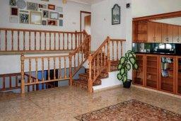 Гостиная. Кипр, Корал Бэй : Великолепная вилла, предлагающая изобилие пространства и конфиденциальности, с 5-ю спальнями, с видом на море, с бассейном и тенистой террасой, в окружении ухоженного сада