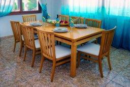 Обеденная зона. Кипр, Корал Бэй : Великолепная вилла, предлагающая изобилие пространства и конфиденциальности, с 5-ю спальнями, с видом на море, с бассейном и тенистой террасой, в окружении ухоженного сада
