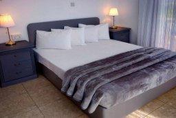 Спальня. Кипр, Корал Бэй : Великолепная вилла, предлагающая изобилие пространства и конфиденциальности, с 5-ю спальнями, с видом на море, с бассейном и тенистой террасой, в окружении ухоженного сада