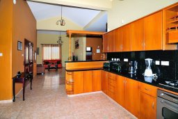 Кухня. Кипр, Корал Бэй : Великолепная вилла, предлагающая изобилие пространства и конфиденциальности, с 5-ю спальнями, с видом на море, с бассейном и тенистой террасой, в окружении ухоженного сада