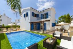 Вид на виллу/дом снаружи. Кипр, Коннос Бэй : Уютная вилла с 3-мя спальнями, с бассейном, тенистой террасой с патио и барбекю, расположена недалеко от пляжа Konnos Bay Beach