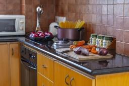 Кухня. Кипр, Коннос Бэй : Уютная вилла с 3-мя спальнями, с бассейном, тенистой террасой с патио и барбекю, расположена недалеко от пляжа Konnos Bay Beach