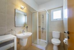 Ванная комната. Кипр, Коннос Бэй : Уютная вилла с 3-мя спальнями, с бассейном, тенистой террасой с патио и барбекю, расположена недалеко от пляжа Konnos Bay Beach