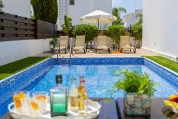 Бассейн. Кипр, Коннос Бэй : Уютная вилла с 3-мя спальнями, с бассейном, тенистой террасой с патио и барбекю, расположена недалеко от пляжа Konnos Bay Beach