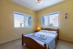 Спальня. Кипр, Коннос Бэй : Уютная вилла с 3-мя спальнями, с бассейном, тенистой террасой с патио и барбекю, расположена недалеко от пляжа Konnos Bay Beach
