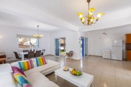 Гостиная. Кипр, Коннос Бэй : Уютная вилла с 3-мя спальнями, с бассейном, тенистой террасой с патио и барбекю, расположена недалеко от пляжа Konnos Bay Beach
