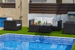 Обеденная зона. Кипр, Коннос Бэй : Уютная вилла с 3-мя спальнями, с бассейном, тенистой террасой с патио и барбекю, расположена недалеко от пляжа Konnos Bay Beach