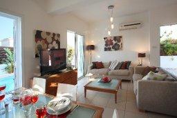 Гостиная. Кипр, Коннос Бэй : Двухэтажная вилла с 2-мя спальнями, с большим открытым плавательным бассейном и барбекю