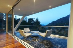 Балкон. Кипр, Какопетрия : Эксклюзивная роскошная вилла с 5-ю спальнями, большим частным бассейном с подогревом, тренажерным залом, расположена в окружении пышного соснового леса