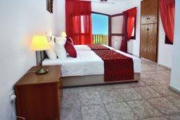 Спальня. Кипр, Корал Бэй : Удивительная вилла в деревенском стиле в окружении скал и деревьев, с 4-мя спальнями, с открытым бассейном и джакузи