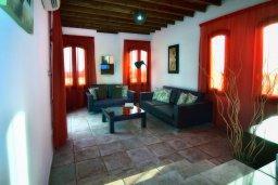 Гостиная. Кипр, Корал Бэй : Удивительная вилла в деревенском стиле в окружении скал и деревьев, с 4-мя спальнями, с открытым бассейном и джакузи