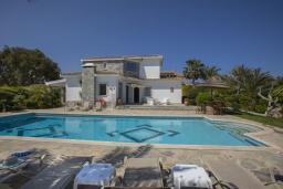 Вид на виллу/дом снаружи. Кипр, Коннос Бэй : Шикарная вилла с 5-ю спальнями, с большим бассейном, красивым зелёным садом, беседкой с уличным баром и каменным барбекю, расположена в тихом уютном месте Cape Gkreco всего в 900 метрах от пляжа Konnos Bay Beach