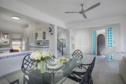 Гостиная. Кипр, Коннос Бэй : Шикарная вилла с 5-ю спальнями, с большим бассейном, красивым зелёным садом, беседкой с уличным баром и каменным барбекю, расположена в тихом уютном месте Cape Gkreco всего в 900 метрах от пляжа Konnos Bay Beach