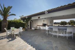 Развлечения и отдых на вилле. Кипр, Коннос Бэй : Шикарная вилла с 5-ю спальнями, с большим бассейном, красивым зелёным садом, беседкой с уличным баром и каменным барбекю, расположена в тихом уютном месте Cape Gkreco всего в 900 метрах от пляжа Konnos Bay Beach