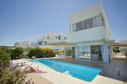 Фасад дома. Кипр, Фиг Три Бэй Протарас : Современная элегантная вилла с 3-мя спальнями, 3-мя ванными комнатами, с бассейном, тенистой террасой с патио и барбекю, расположена на побережье Протараса недалеко от пляжа Fig Tree Bay