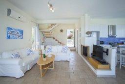 Гостиная. Кипр, Фиг Три Бэй Протарас : Современная элегантная вилла с 3-мя спальнями, 3-мя ванными комнатами, с бассейном, тенистой террасой с патио и барбекю, расположена на побережье Протараса недалеко от пляжа Fig Tree Bay