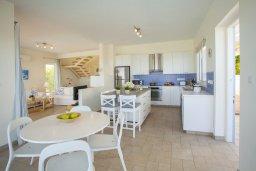 Кухня. Кипр, Фиг Три Бэй Протарас : Современная элегантная вилла с 3-мя спальнями, 3-мя ванными комнатами, с бассейном, тенистой террасой с патио и барбекю, расположена на побережье Протараса недалеко от пляжа Fig Tree Bay