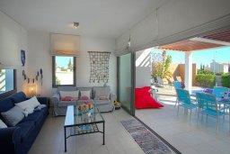 Гостиная. Кипр, Ионион - Айя Текла : Современная двухэтажная вилла с 3-мя спальнями, открытым бассейном, патио и красивым садом, расположена в тихом, охраняемом комплексе