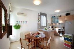 Кухня. Кипр, Ионион - Айя Текла : Современная двухэтажная вилла с 3-мя спальнями, открытым бассейном, патио и красивым садом, расположена в тихом, охраняемом комплексе