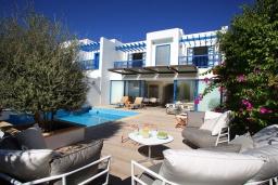 Вид на виллу/дом снаружи. Кипр, Фиг Три Бэй Протарас : Современная роскошная вилла с 3-мя спальнями, с бассейном, в окружении пышного зелёного сада, с солнечной террасой с патио и барбекю, расположена недалеко от пляжа Fig Tree Bay Beach