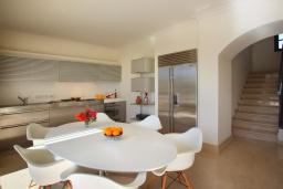 Обеденная зона. Кипр, Фиг Три Бэй Протарас : Современная роскошная вилла с 3-мя спальнями, с бассейном, в окружении пышного зелёного сада, с солнечной террасой с патио и барбекю, расположена недалеко от пляжа Fig Tree Bay Beach