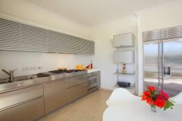 Кухня. Кипр, Фиг Три Бэй Протарас : Современная роскошная вилла с 3-мя спальнями, с бассейном, в окружении пышного зелёного сада, с солнечной террасой с патио и барбекю, расположена недалеко от пляжа Fig Tree Bay Beach