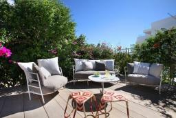Патио. Кипр, Фиг Три Бэй Протарас : Современная роскошная вилла с 3-мя спальнями, с бассейном, в окружении пышного зелёного сада, с солнечной террасой с патио и барбекю, расположена недалеко от пляжа Fig Tree Bay Beach