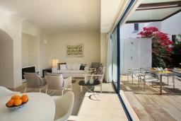 Гостиная. Кипр, Фиг Три Бэй Протарас : Современная роскошная вилла с 3-мя спальнями, с бассейном, в окружении пышного зелёного сада, с солнечной террасой с патио и барбекю, расположена недалеко от пляжа Fig Tree Bay Beach