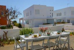 Обеденная зона. Кипр, Фиг Три Бэй Протарас : Современная вилла с 5-ю спальнями, с бассейном, солнечной террасой с патио и барбекю, расположена недалеко от пляжа Fig Tree Bay