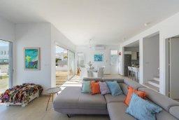 Гостиная. Кипр, Фиг Три Бэй Протарас : Современная вилла с 5-ю спальнями, с бассейном, солнечной террасой с патио и барбекю, расположена недалеко от пляжа Fig Tree Bay
