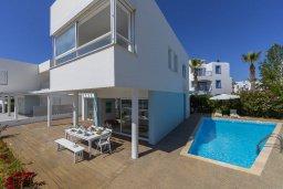 Фасад дома. Кипр, Фиг Три Бэй Протарас : Современная вилла с 5-ю спальнями, с бассейном, солнечной террасой с патио и барбекю, расположена недалеко от пляжа Fig Tree Bay
